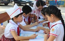 CSGT Hà Nội tặng 5.000 vở in hình tuyên truyền pháp luật cho học sinh