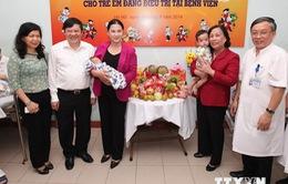 Phó Chủ tịch QH Nguyễn Thị Kim Ngân thăm, tặng quà trẻ em đang điều trị tại Bệnh viện Hữu nghị