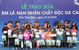 Trao tặng sữa cho trẻ nhiễm chất độc da cam tỉnh Thái Bình