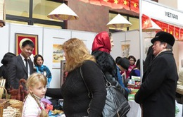 Đại diện ngoại giao Việt Nam tham gia Hội chợ từ thiện ở Ukraine