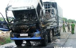 Xe tải chở phế liệu đột ngột bốc cháy giữa đường