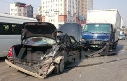 Dừng để xử lý sự cố, Mercedes bị đâm nát ở đường trên cao