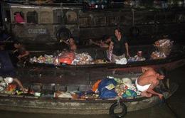 Trục vớt tài sản trên tàu hàng nổ ở chợ nổi Cái Răng