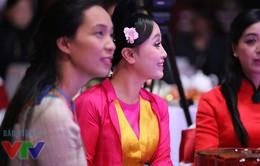 """12 con giáp 2015: NSƯT Thu Huyền """"ghẹo"""" tiểu trên sân khấu"""