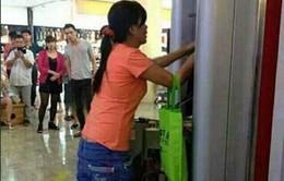 """Bị máy """"nuốt"""" thẻ, cô gái tay không phá tung cây ATM"""