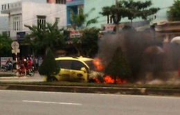"""Taxi bị """"chèn"""" bay qua đường bốc cháy dữ dội"""