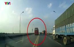 """Thót tim xe khách chạy với tốc độ """"trường đua"""" trên cầu"""