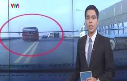 Xe khách liều vượt giữa cầu Thăng Long, suýt đâm xe con