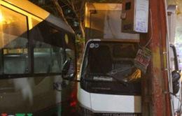 """Xe tải và xe buýt """"làm loạn"""" trên đường TP.HCM"""