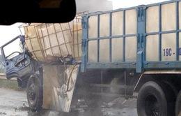 Xe tải đâm xe rơ-moóc, axit lênh láng trên Quốc lộ 1