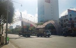 Xe tải kéo đổ cổng chào của TPCần Thơ