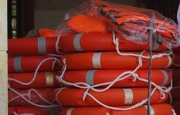 Quảng Nam: Tặng áo phao, cặp phao cứu sinh cho học sinh vùng sông nước