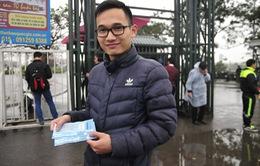 Cổ động viên đội mưa mua vé xem tuyển Olympic Việt Nam thi đấu