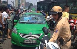 """Taxi """"điên"""" gây náo loạn đường phố Hà Nội"""