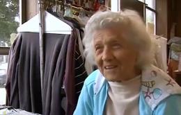 Ngưỡng mộ người phụ nữ 100 tuổi làm việc gần 10 tiếng/ngày