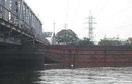 Giao thông đình trệ do sà lan mắc kẹt dưới cầu Bình Lợi
