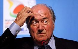 """Hậu từ chức, Sepp Blatter liên tiếp dính """"sao quả tạ"""""""