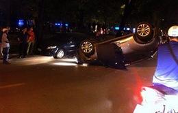 Hà Nội: Ô tô lật ngửa giữa phố, tài xế nhập viện
