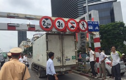 Hà Nội: Cố tình lên cầu vượt, xe tải mắc kẹt dưới khung sắt