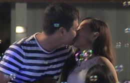 Bố ơi! Mình đi đâu thế?: MC Phan Anh tình cảm hôn vợ trên sóng truyền hình