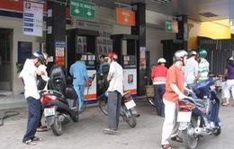 Giá xăng tăng: Tài xế taxi, xe ôm lo lắng