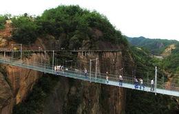 Rợn người khi đi trên cầu treo bằng kính ở Trung Quốc