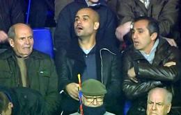 """Trên khán đài, Pep Guardiola """"đứng ngồi không yên"""" vì Messi"""