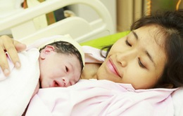 """""""Cái ôm đầu tiên"""" - chiến dịch chăm sóc thiết yếu cho trẻ sơ sinh"""