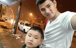 """Bố con Xuân Bắc thích thú trú mưa khi quay """"Bố ơi! Mình đi đâu thế?"""""""