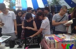 """Giới trẻ Hà Thành đi sắm đồ tại chợ phiên """"kiểu Tây"""""""