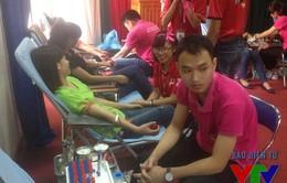 Giới trẻ nhiệt tình hưởng ứng Ngày hội hiến máu Giọt hồng ULSA 2015