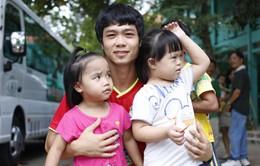 Công Phượng cùng đồng đội tới thăm các em nhỏ có hoàn cảnh đặc biệt