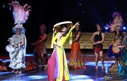 Lan Khuê đội nón quai thao trình diễn tại Hoa hậu Thế giới