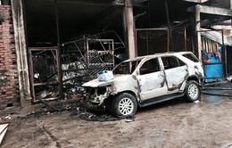 Hà Nội: Cháy cửa hàng tạp hóa, 1 ô tô bị thiêu rụi
