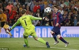 """Messi khiến Boateng """"chóng mặt"""", Neuer bẽ bàng vào lưới nhặt bóng"""