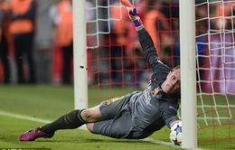 """Stegen """"phá bĩnh"""" bàn thắng của Lewandowski bằng pha cứu thua xuất thần"""