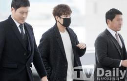 Lee Min Ho ăn mặc thời thượng, đeo khẩu trang kín mít ở sân bay
