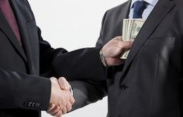 Anh: Quan chức Cơ quan y tế quốc gia bị cáo buộc nhận hối lộ