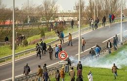 Cảnh sát Pháp trấn áp gần 1.000 người tìm cách vượt hầm Channel