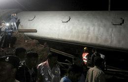 Ấn Độ: Hai đoàn tàu trật đường ray, hàng loạt toa tàu rơi xuống sông