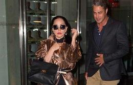 Lady Gaga gợi cảm đi ăn cùng bạn trai