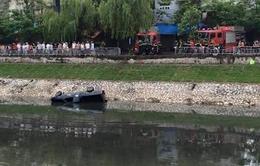 Xe bán tải lao xuống sông Tô Lịch, tài xế tử vong