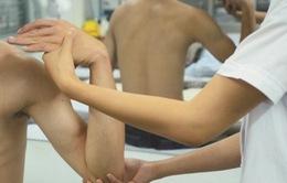 Trị đau khuỷu tay do chấn thương bằng Đông y