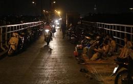 Trà chanh giá... 50.000 VND trên cầu Long Biên