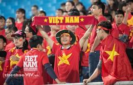 CĐV Việt Nam đội mưa nặng hạt đi cổ vũ cho U23