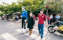 Ấn tượng robot dẫn người qua đường tại Đà Nẵng