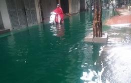 Hà Nội: Đường Minh Khai ngập nước phẩm màu sau cơn mưa