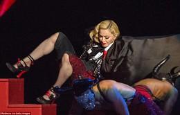 "Madonna ""vồ ếch"" tại BRIT Awards 2015"