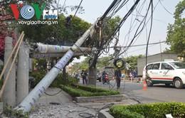 Xe tải cẩu kéo đổ hàng loạt trụ điện, 1 phụ nữ bị thương