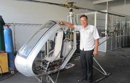 Kỹ sư Bùi Hiển chờ cất cánh chiếc trực thăng tự chế thứ hai